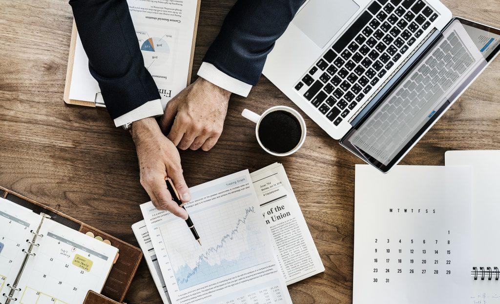 analiza makrootoczenia modele biznesowe rewolucja notatki komputer laptop biznes wykresy